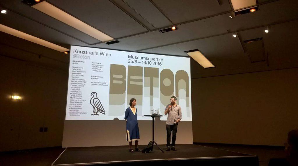Vanessa Joan Müller und Nicolaus Schafhausen bei der Pressekonferenz zur Ausstellung