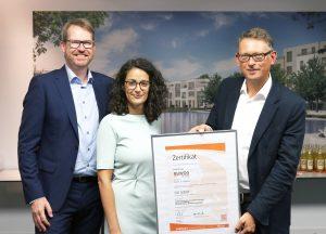 ISO 50001: Zertifikatübergabe durch Jochen Buser (r.) von GUTcert an BUWOG-Geschäftsführer Alexander Happ (l.) und Nachhaltigkeitsmanagerin Amira Zauchner.