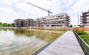 Das Wasserbecken ist schon fertig - ringsherum entstehen Stück für Stück neue Eigentumswohnungen