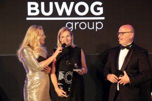 Dr. Ingrid Fitzek-Unterberger nimmt für die BUWOG den Markendiamant von Moderatorin Barbara Schöneberger entgegen. Photo credit: HENRIK JORDAN