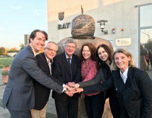 Das BUWOG-Team für Schönefeld, hier nach Unterzeichnung der Nachbarschaftsvereinbarung mit Bürgermeister und Grundstücksverkäufer. Foto: Michael Divé