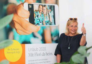 Dr. Ingrid Fitzek-Unterberger mit Motiv der Image-Kampagne 2020 der BUWOG. Foto: Divé