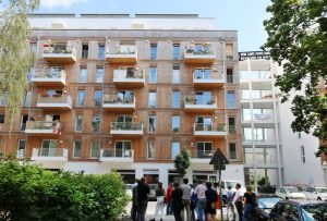 Fassade aus Holz, rechts ndaneben das offene Treppenhaus - gerade im Sommer eine gern genutzte erweiterte Wohnfläche. Foto: BUWOG Bauträger GmbH, Michael DIvé