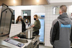 Rundgang mit Wiebke Thiem in der neuen Großküche