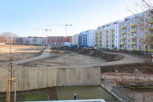 Auf der Freifläche hinter dem Hofbereich ist die Errichtung von weiterem Wohnraum geplant.